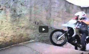 Policial mostrando como subir escada de Moto