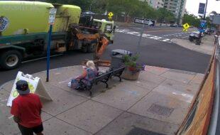 Caminhão de lixo quase leva senhora