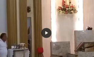 Fiéis fazem um circulo de oração para assaltante que tenta assaltar a igreja, muito lindo